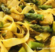 Makaron curry z indykiem i szparagami