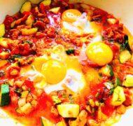 Jajka sadzone z kurkami i cukinią w pomidorach