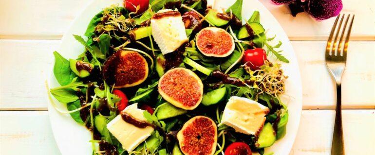 Sałatka z camembertem i świeżymi figami