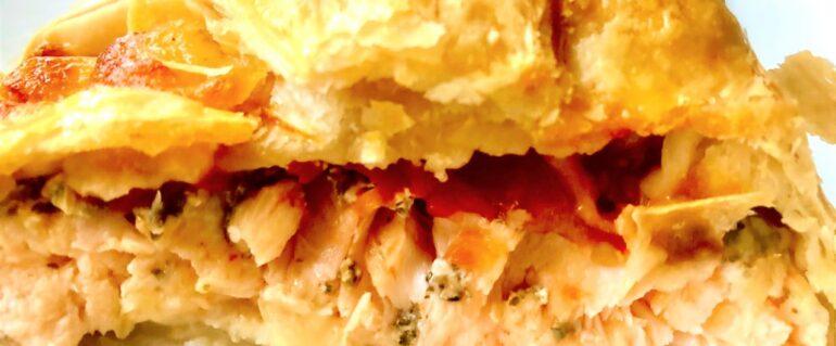 Łosoś w cieście francuskim z pomidorami i mozarellą