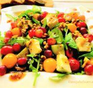 Sałatka z gorgonzolą, winogronem i orzechami włoskimi