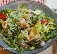 Sałatka z wędzonym łososiem i sosem chrzanowym
