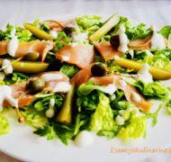 Sałatka z wędzonym łososiem i sosem czosnkowym