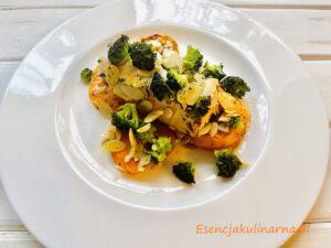 Łosoś zapiekany z batatami i brokułem