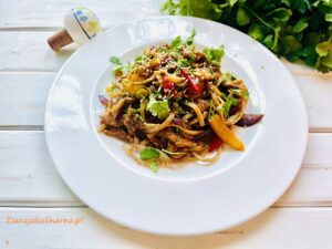 Kurczak Hoisin z makaronem i warzywami