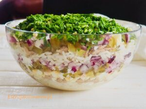 Sałatka warstwowa z tuńczykiem i ryżem